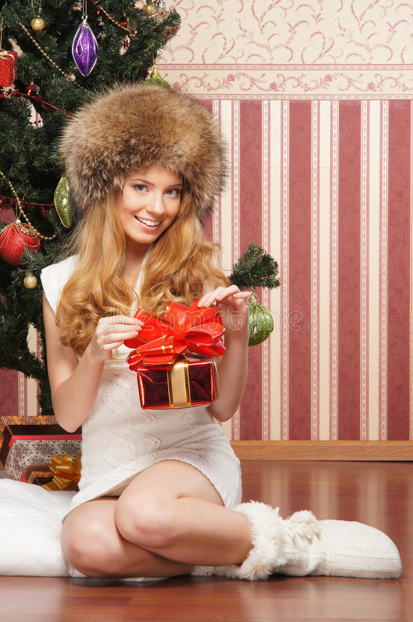 Um adolescente novo que prende um presente de Natal foto de stock royalty free