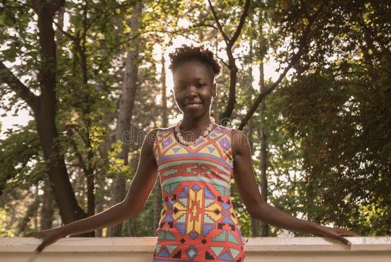 Um, adulto novo, mulher de sorriso feliz americana do africano negro 20- fotografia de stock royalty free