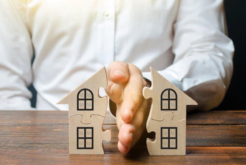 Um advogado compartilha de uma casa ou de uma propriedade entre proprietários Conceito do div?rcio O processo da divisão de bens  foto de stock royalty free