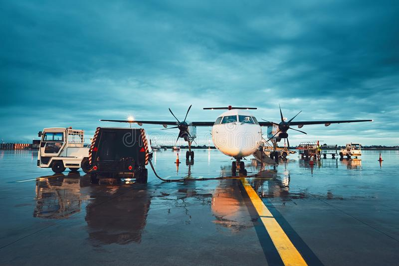 Um aeroporto ocupado na chuva imagens de stock royalty free