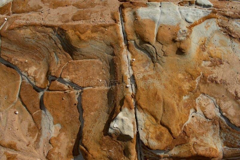 Um afloramento de rocha com testes padrões e cores interessantes fotografia de stock