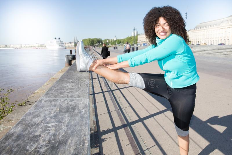 Um afro da mulher dos esportes na cidade do Bordéus em França fotografia de stock royalty free