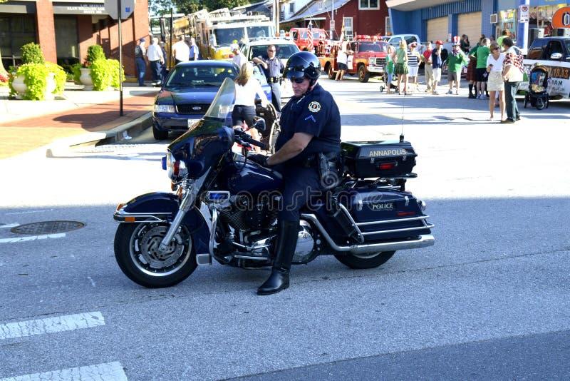Um agente da polícia da motocicleta em uma atribuição de tráfego foto de stock