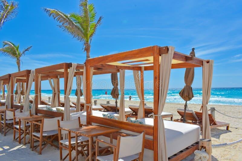 Um ajuste luxuoso da praia em Cancun, México imagem de stock
