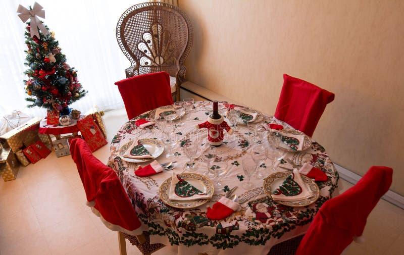 Um ajuste romântico da tabela de jantar do Natal com decorações do Natal fotografia de stock royalty free