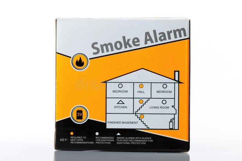 Um alarme de fumo isolado no branco imagens de stock
