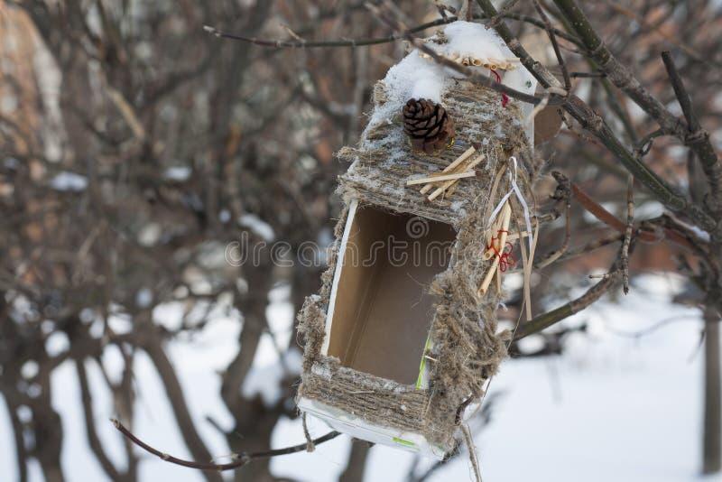 Um alimentador do pássaro fotografia de stock
