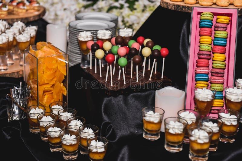 Um alimento da decoração e da sobremesa da variedade na exposição europeia do estilo na noite party o evento imagem de stock
