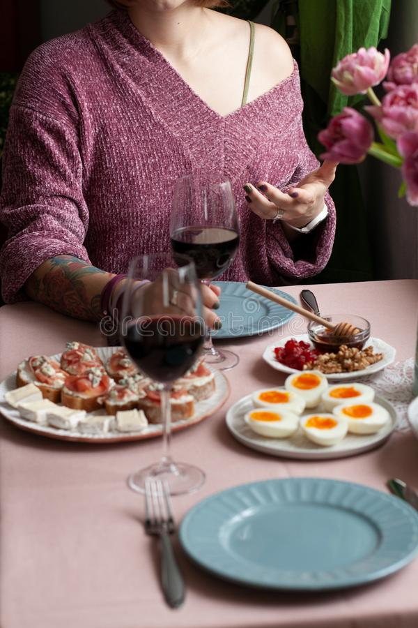 Um almoço gourmet para dois: uma placa de ovos hardboiled; uma bacia de maçãs suculentas verdes, uma placa de arandos secados e n foto de stock