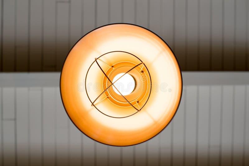 Um alojamento original da lâmpada dentro de uma cafetaria de baixo de fotografia de stock royalty free