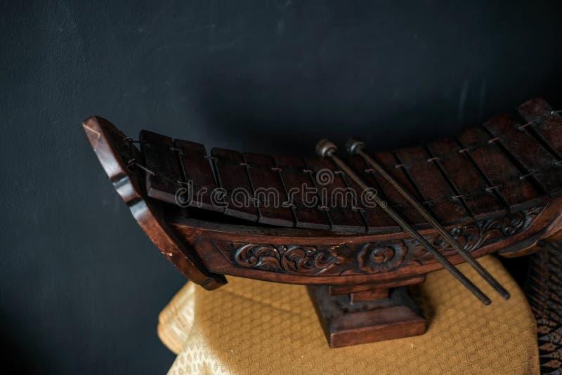 Um alto bambu xilofone é um dos instrumentos musicais tailandeses imagens de stock royalty free