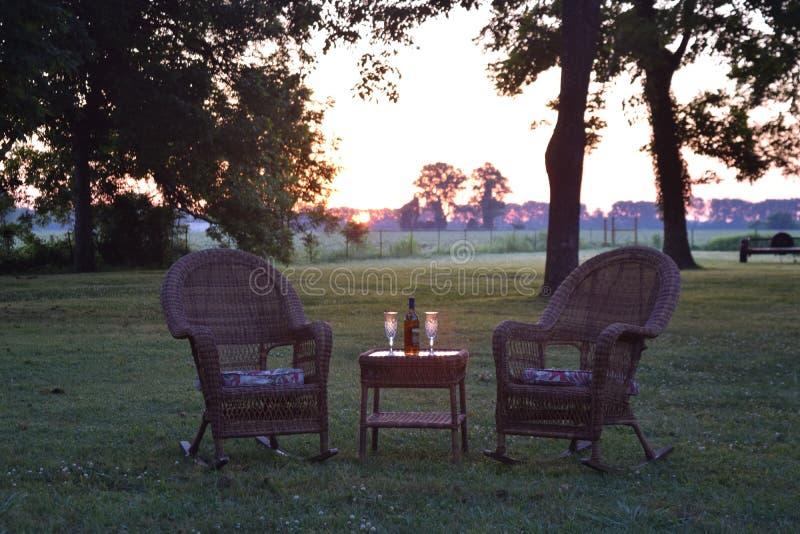 Um alvorecer do delta para dois no gramado na plantação antebellum de Belmont foto de stock