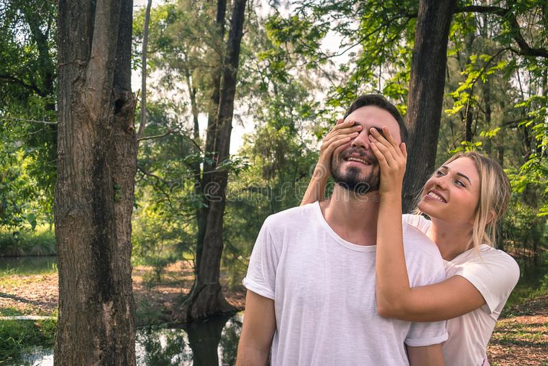 Um amante está tendo uma surpresa no dia do valentines' imagem de stock royalty free
