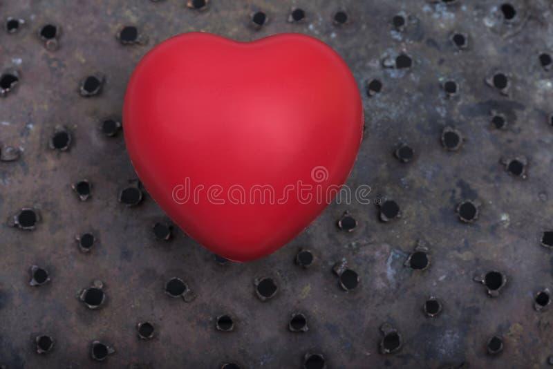 Um amor vermelho do dia de Rusty Holes Background Valentines do coração comemora junto para sempre a surpresa do aniversário româ fotos de stock royalty free