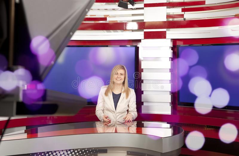 Um anchorwoman da televisão no estúdio foto de stock