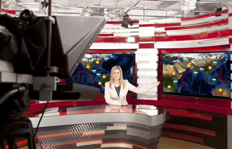 Um anchorwoman da televisão no estúdio fotos de stock