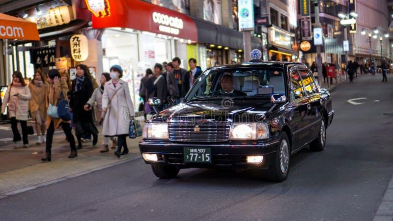 Um ancião que conduz um táxi preto fotografia de stock