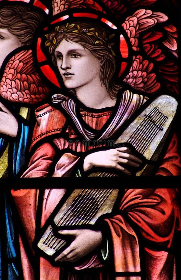 Um anjo com um instrumento de música (vitral) fotos de stock royalty free