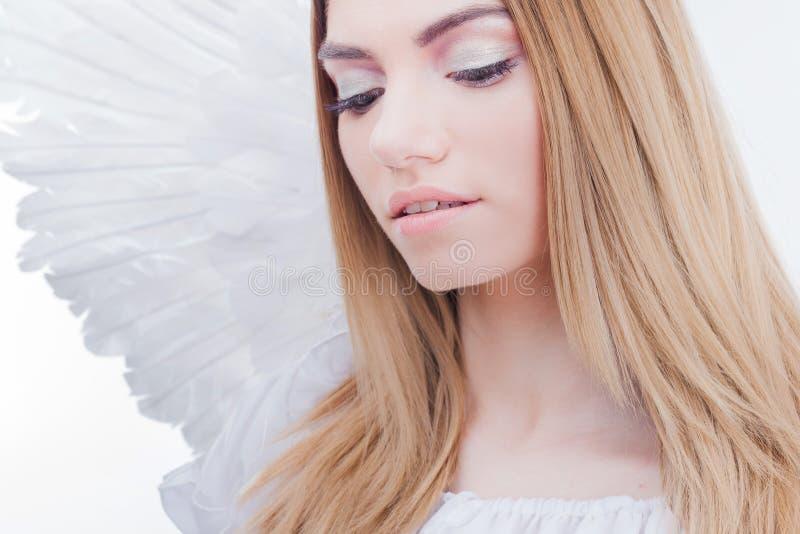 Um anjo do céu Menina loura nova, maravilhosa na imagem de um anjo com asas brancas imagens de stock royalty free