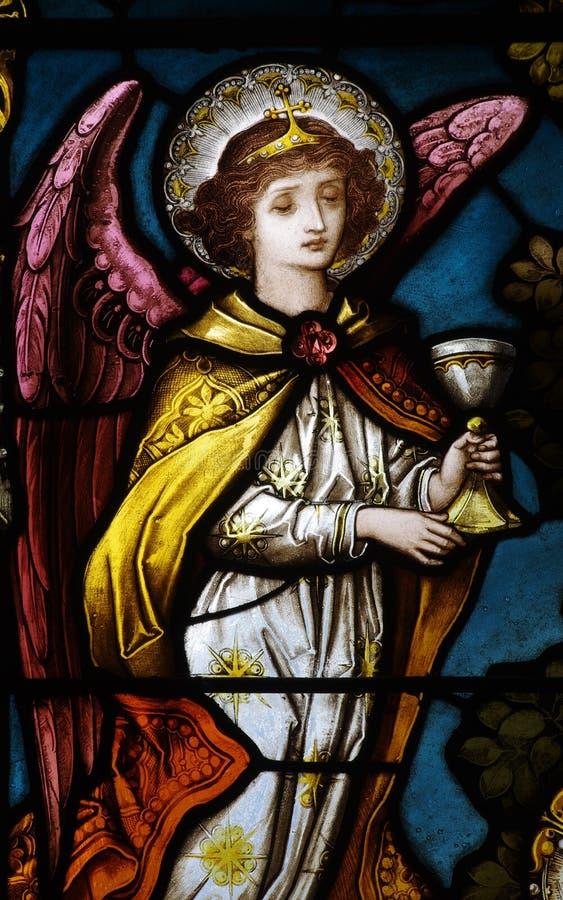 Um anjo que guarda um copo imagens de stock