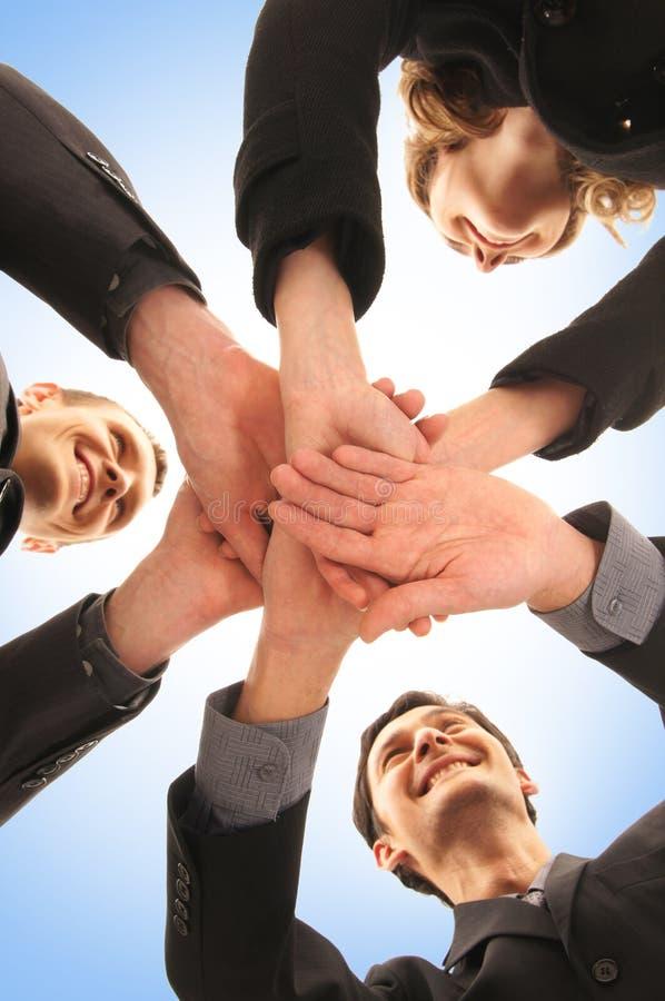 Um aperto de mão do grupo entre três pessoas do negócio foto de stock royalty free