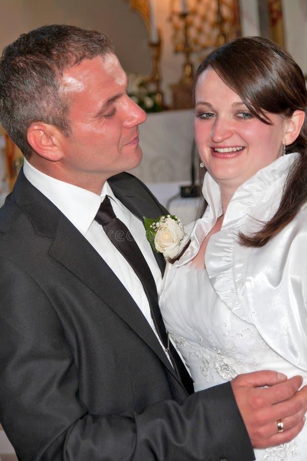 Um aperto dos pares do newlywed imagens de stock royalty free