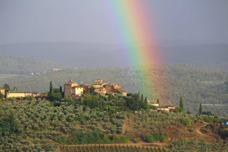 Um arco-íris acima dos montes do Chianti, Toscânia, Itália fotografia de stock royalty free