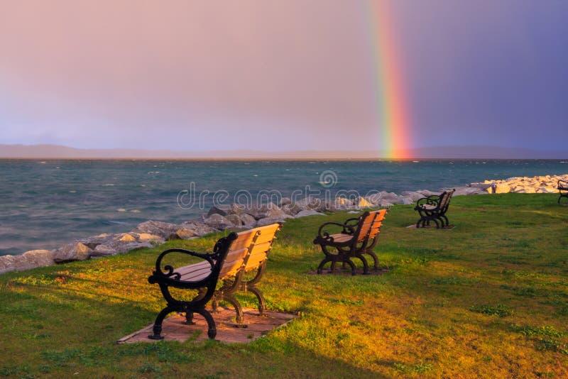 Um arco-íris sobre a baía transversal foto de stock royalty free
