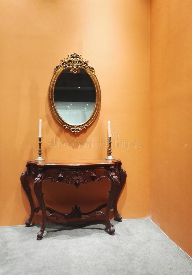 Um armário clássico do estilo com fundo amarelo da parede fotos de stock
