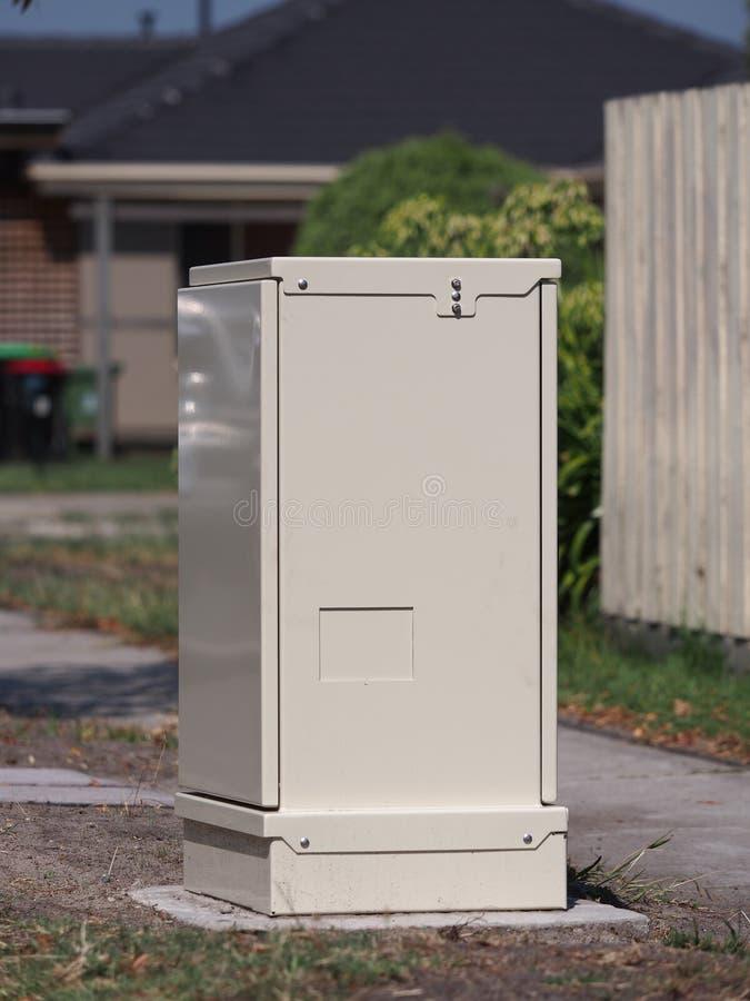Um armário de distribuição da fibra da borda da estrada para o Internet de faixa larga fotografia de stock
