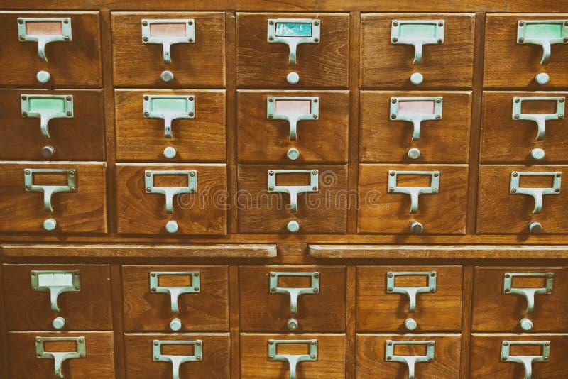 Um armário de madeira do estilo antigo do cartão de biblioteca ou do catálogo ind do arquivo fotografia de stock