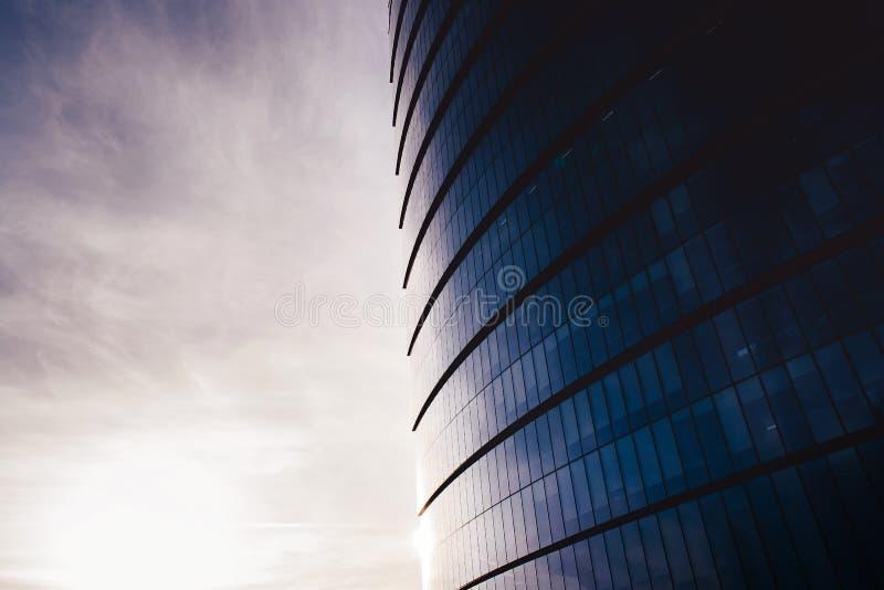 Um arranha-céus de vidro em um ângulo largo foto de stock royalty free