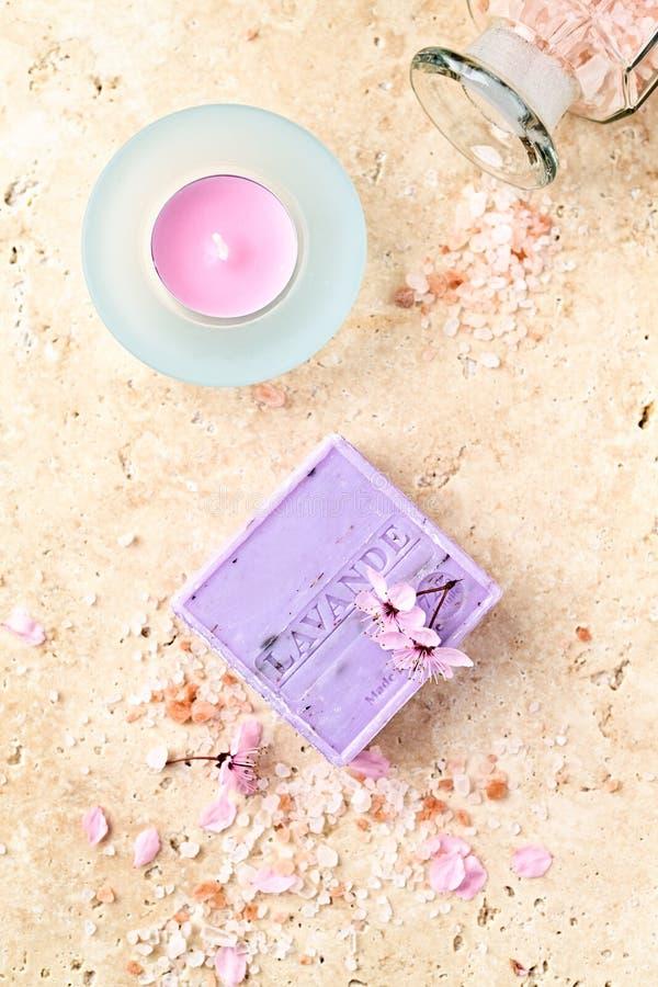 Um arranjo do sabão da alfazema, o sal de banho e o chá iluminam-se fotos de stock royalty free