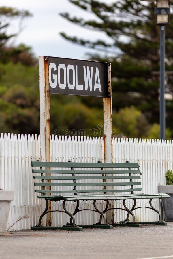 Um assento de banco no estação de caminhos de ferro do goolwa no Sul da Austrália do goolwa da península do fleurieu o 3 de abril imagem de stock