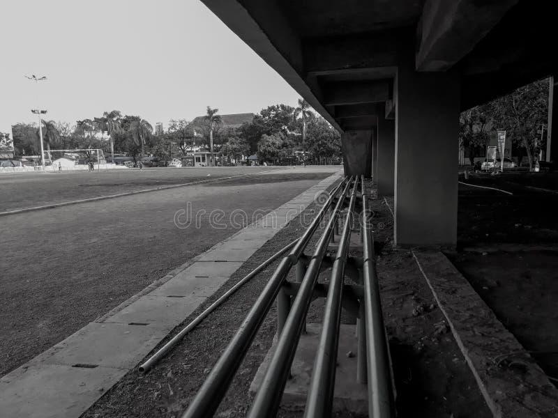 Um assento na borda do campo de futebol Rebecca 36 fotografia de stock