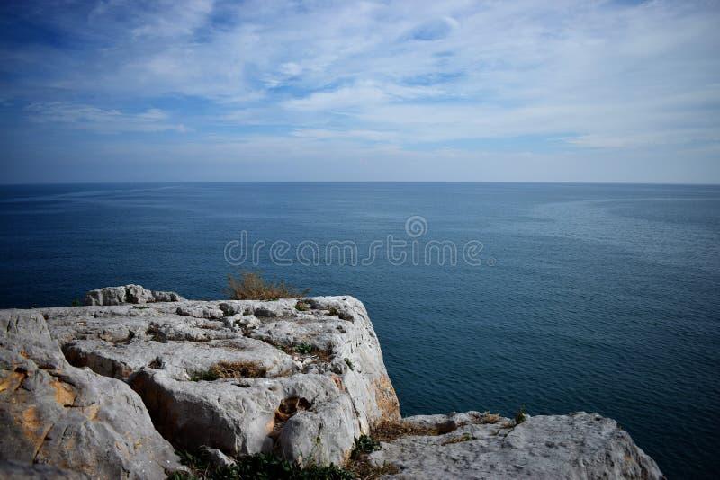 Um assoalho da rocha em cima do oceano imagens de stock royalty free