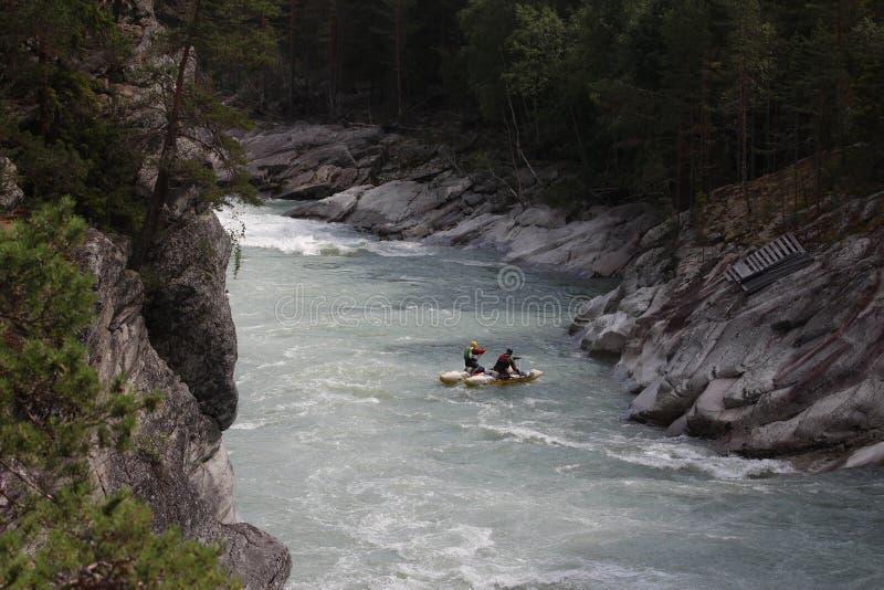 Um atamaran do  de Ñ em uma garganta no rio de Sjoa em Noruega imagem de stock