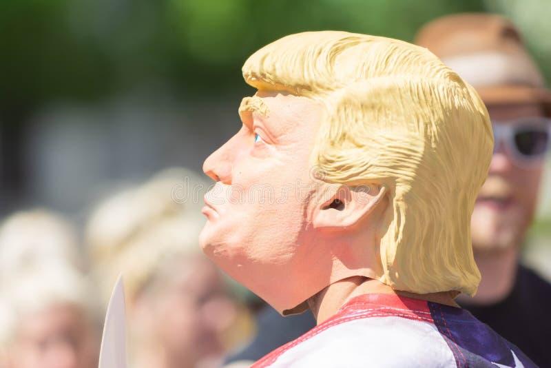Um ativista que veste uma máscara de Donald Trump imagem de stock