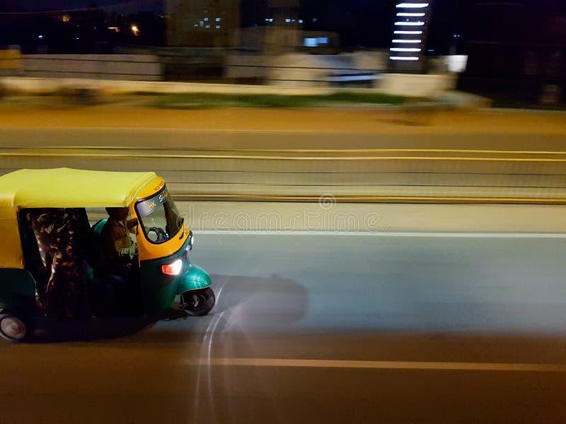 Um auto riquexó movente rápido em estradas de Bangalore imagens de stock