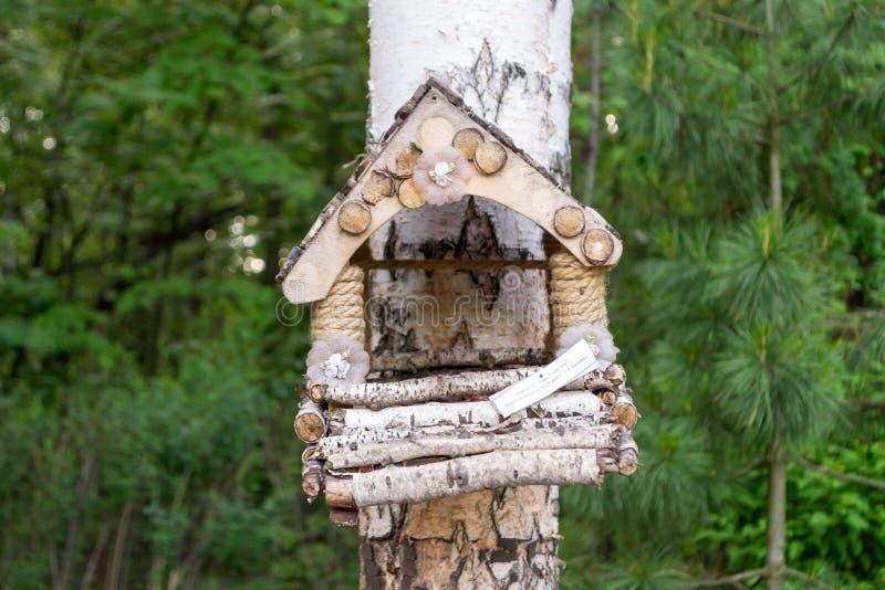 Um aviário de madeira feito por crianças com suas próprias mãos para a exposição imagens de stock royalty free