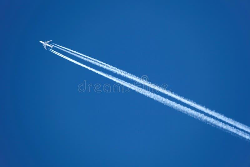 Avião com contrail fotos de stock