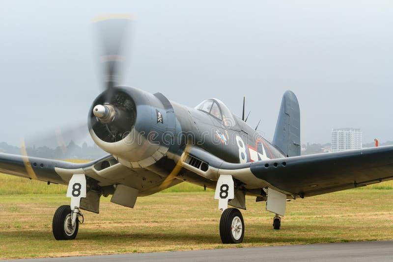 Um avião de combate do corsário de F4U na terra foto de stock royalty free