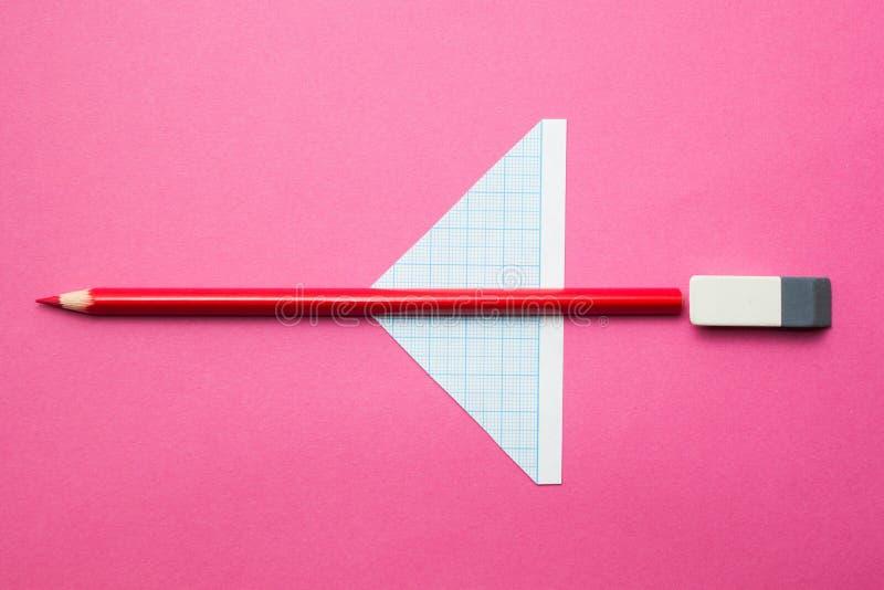 Um avião do brinquedo feito dos lápis em um fundo cor-de-rosa, na faculdade criadora das crianças e na imaginação na escola imagem de stock royalty free