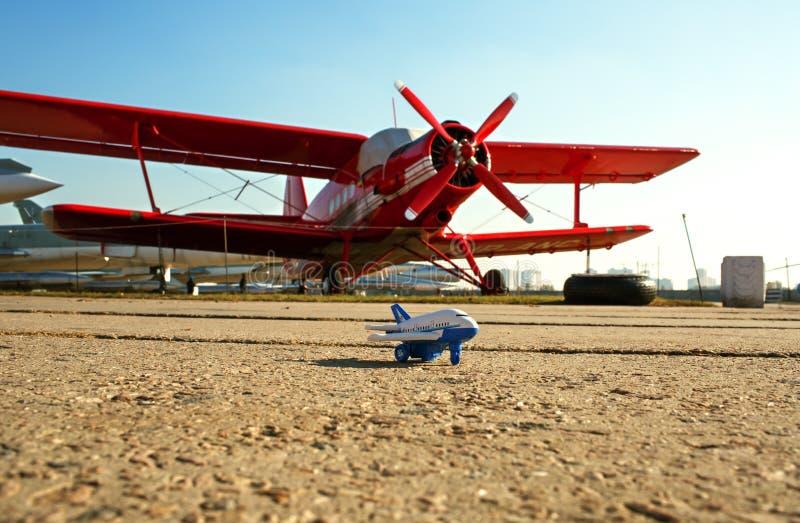 Um avião pequeno do brinquedo fotografia de stock