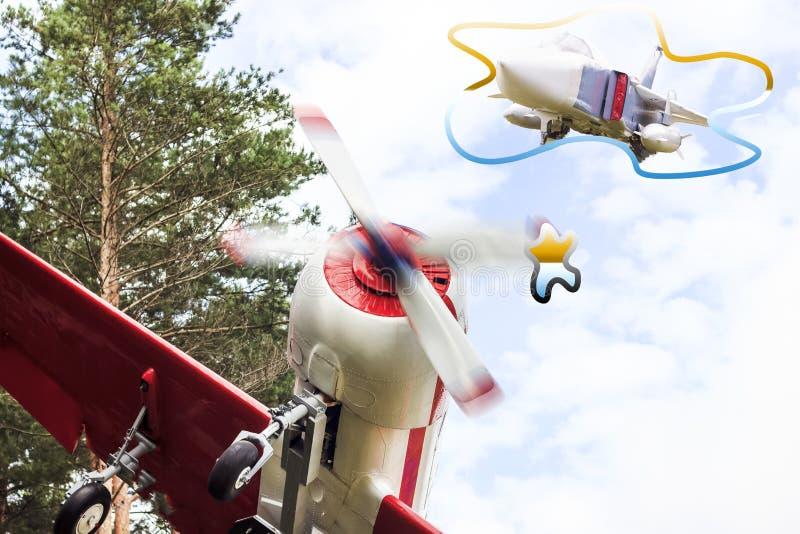 Um avião pequeno no estilo retro voa, sonha de transformar-se um lutador ou grande imagem de stock