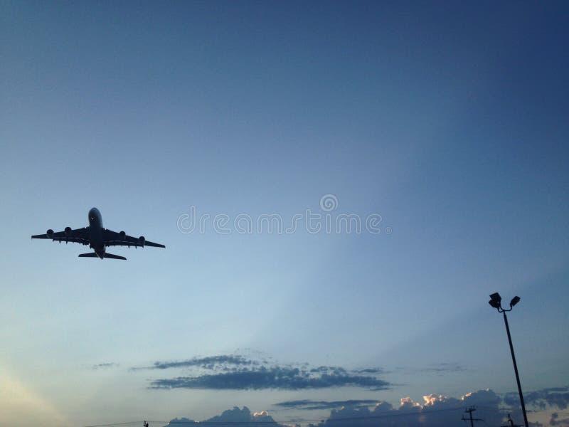 Um avião que obtém longe do nascer do sol fotos de stock