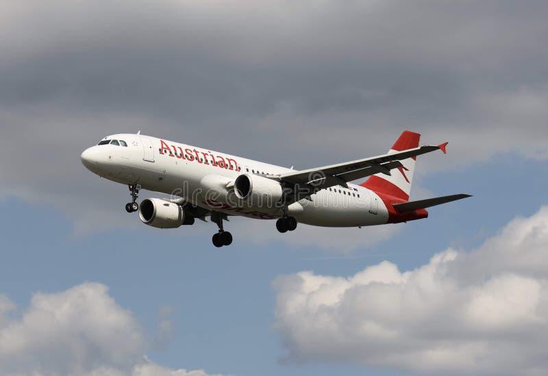 Um avi?o de Austrian Airlines imagens de stock