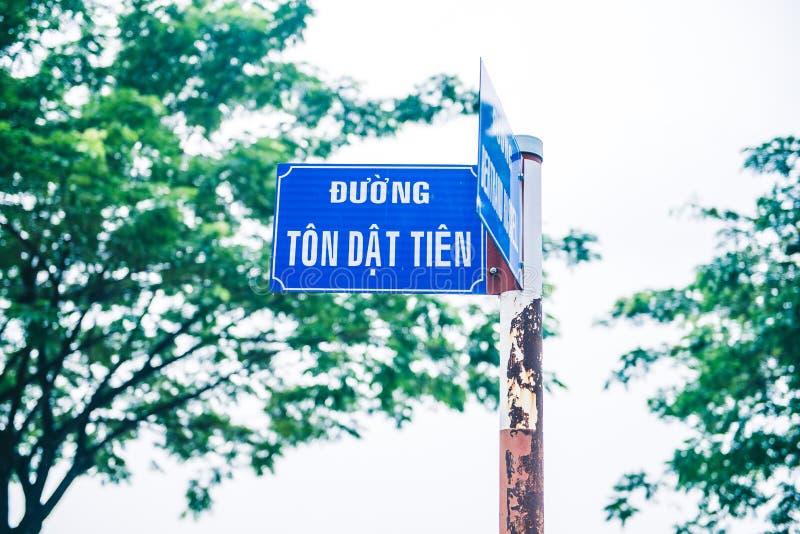 Um azul oxidou sinal de rua com texto imagens de stock