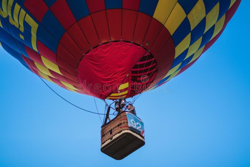 Um balão de ar quente colorido em um summerday bonito com um céu azul imagens de stock royalty free