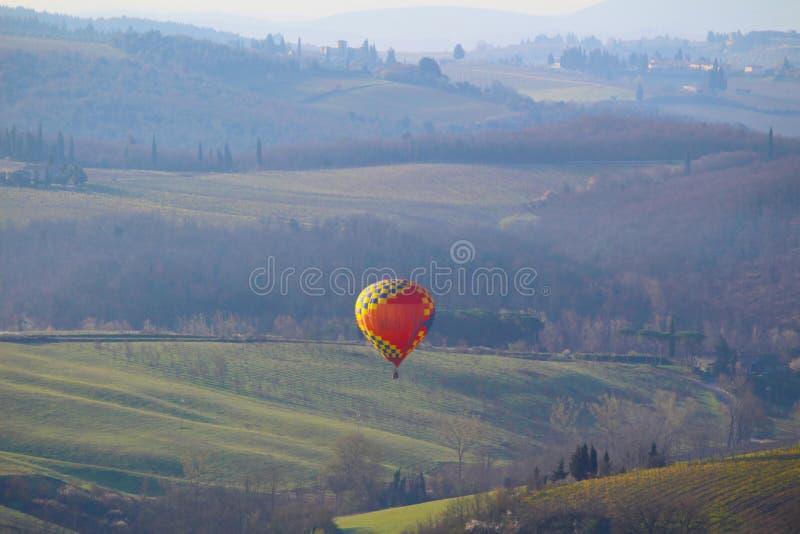 Um balão de ar quente no nascer do sol foto de stock royalty free